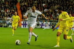 http://upload.wikimedia.org/wikipedia/commons/a/a5/Benzema_Villarreal.jpg